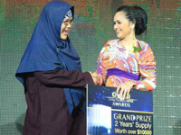 Siti Nurhaliza awarding first prize winner with 2 years supply of Celergen
