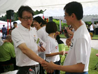 PD Joey showing Minister Lim Swee Say his he-gu acupoint